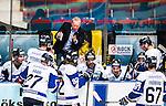 Stockholm 2014-10-02 Ishockey Hockeyallsvenskan AIK - BIK Karlskoga :  <br /> BIK Karlskogas tr&auml;nare Lenny Eriksson i aktion i b&aring;set under en timeout med nedst&auml;mda spelare<br /> (Foto: Kenta J&ouml;nsson) Nyckelord:  AIK Gnaget Hockeyallsvenskan Allsvenskan Hovet Johanneshovs Isstadion Bofors BIK Karlskoga depp besviken besvikelse sorg ledsen deppig nedst&auml;md uppgiven sad disappointment disappointed dejected tr&auml;nare manager coach