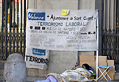 An unidentified man sleeps under a sign on the street opposite the Palau de la Generalitat de Catalunya in Barcelona, Spain during a gathering advocating Catalonian independence from Spain on Tuesday, November 7, 2017.  <br /> Credit: Ron Sachs / CNP