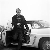 octobre 1962. Plan moyen de Jacky Bernard (joueur du Toulouse Football Club) qui sort de sa voiture.