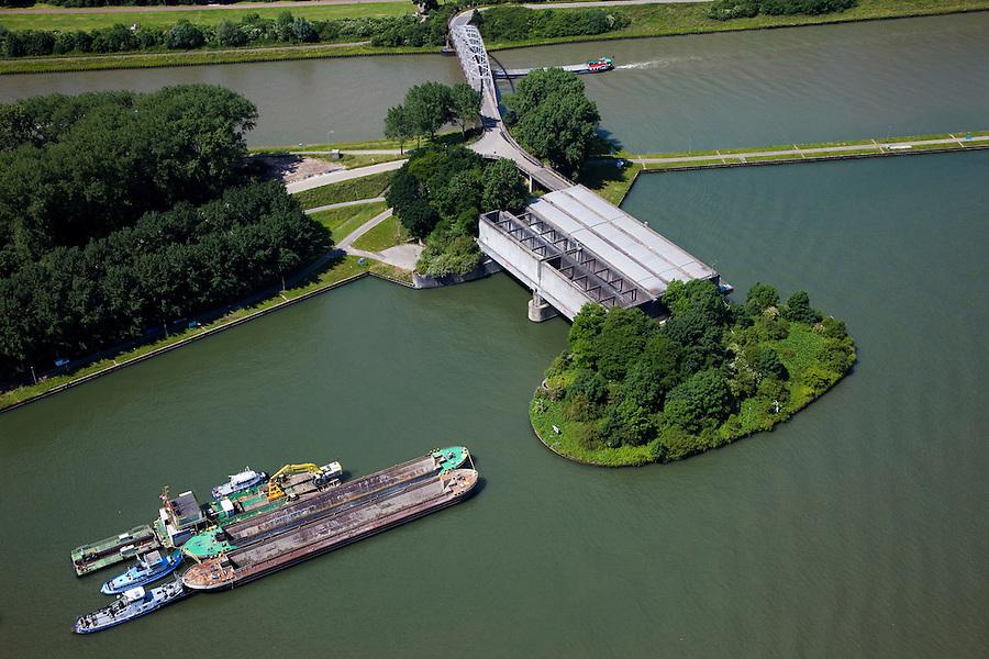 Nederland, Utrecht, Nieuwegein, 12-06-2009; Amsterdam-Rijnkanaal (onder) met plofsluis bij Jutphaas, onderdeel van de Nieuwe Hollandse Waterlinie. De voorziening diende om het kanaal af te kunnen dammen, een explosie met dynamiet zou de inhoud van de betonnen bak - zand en grind - in het kanaal doen belanden. Toenemende scheepvaart leidde er toe dat het kanaal om de sluis heen geleid werd. .luchtfoto (toeslag), aerial photo (additional fee required).foto/photo Siebe Swart