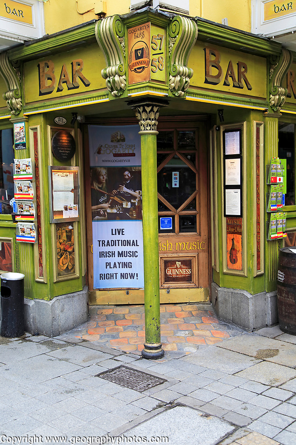 Live Traditional Music sign at entrance Oliver St John Gogarty pub in Temple Bar area, Dublin city centre, Ireland, Republic of Ireland