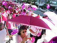ATENÇAO EDITOR  FOTO EMBARGADA PARA VEICULOS INTERNACIONAIS - NITEROI, RJ 27 DE OUTUBRO 2012 - CAMINHADA EM CONCEITIZAÇAO DO CÂNCER DE MAMA - Nesta manha de sabado (27) Niteroi promoveu uma grande caminha na praia de Icarai zona sul de Niteroi, para conceitizaçao do cancer de mama.<br /> A caminhada tb teve presença masculina, ja que este câncer tambem pode dar em homens.  Começou a caminhada enfrete a reitoria da UFF ( Universidade Federal Fluminense) e foi até o final do calçadao da praia de Icarai.<br /> FOTO RONALDO BRANDAO/BRAZIL PHOTO PRESS