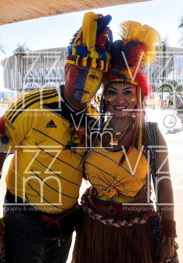 BRASILIA - BRASIL -19-06-2014. Hinchas colombianos viven una fiesta en las afueras del estadio Mane Garricha de Brasilia previo al partido del Grupo C entre Colombia (COL) y Costa de Marfil (CIV) hoy 19 de junio de 2014 en la Copa Mundial de la FIFA Brasil 2014./ Fans of Colombia live a party outside of the Mane Garricha stadium in Brasilia prior of the Group C match between Colombia (COL) and Ivory Coast (CIV) today June 19 2014 in the 2014 FIFA World Cup Brazil. Photo: VizzorImage / Alfredo Gutiérrez / Contribuidor