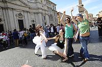 Roma 7 Giugno 2010.Piazza Navona.Artisti, scrittori, attori, manifestano contro i tagli alla cultura della manovra finanziaria..Balletto in piazza...Artists, writers, actors, demonstrating against the cuts to the culture of fiscal consolidation.Ballet in the square..