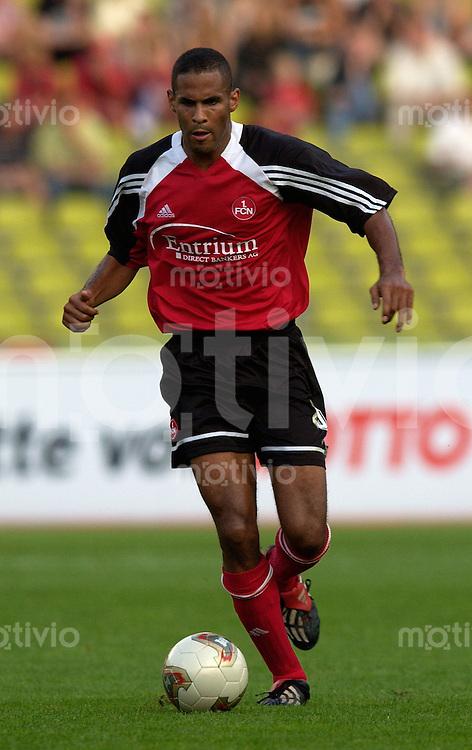 Fussball, 1.Bundesliga 2002/2003, Frankenstadion Nuernberg (Germany), 1.FC Nuernberg - Hannover96 (3:1) Anthony Sanneh (1.FCN) am Ball