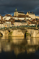 France, Yonne (89), Joigny, l'Yonne et l'église Saint-Jean // France, Yonne, Joigny, river Yonne and Saint Jean church