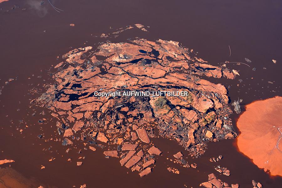 Rotschlamm : EUROPA, DEUTSCHLAND, NIEDERSACHSEN, STADE (EUROPE, GERMANY), 19.10.2018: Als Abfall faellt bei der Erzeugung von Aluminiumoxid aus Bauxit der sogenannte Rotschlamm an, der zu etwa 40 % aus Wasser und zum anderen aus Eisen-, Silizium- und Titanverbindungen besteht. Der Rotschlamm muss deponiert werden.  Flaeche der Firma Aluminium Oxid Stade GmbH. Die Deponie befindet sich nordwestlich Stade im Kehdinger Moor. Angrenzen die Ortschaften Buetzflethermoor, Goetzdorfermoor, Stadermoor, Hammah Gross Sternberg, Drochtersen Ritschermoor