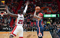 Isaiah Thomas (G, Washington Wizards, #4) gegen Kendrick Nunn (G Miami Heat, #25) - 22.01.2020: Miami Heat vs. Washington Wizards, American Airlines Arena