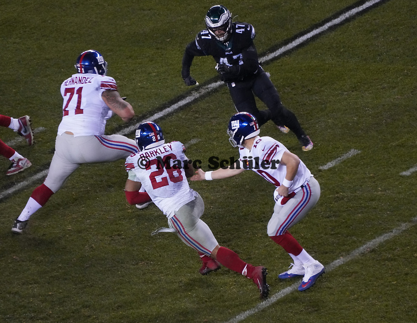 quarterback Eli Manning (10) of the New York Giants gibt den Ball an nyg28 - 09.12.2019: Philadelphia Eagles vs. New York Giants, Monday Night Football, Lincoln Financial Field