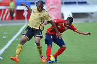 BARRANQUILLA - COLOMBIA -09-02-2014: James Castro (Der.) jugador de Universidad Autonoma disputa el balón con Fabio Rodriguez (Izq.) jugador del Itagúi  durante partido de la cuarta fecha de la Liga Postobon I 2014, jugado en el estadio Metropolitano Roberto Melendez de la ciudad de Barranquilla. / James Castro (R)  player of Universidad Autonoma fights for the ball with Fabio Rodriguez (L) player of Itagúi during a match for the fourth date of the Liga Postobon I 2014 at the Metropolitano Roberto Melendez stadium in Barranquilla city. Photo: VizzorImage  / Alfonso Cervantes / Str.