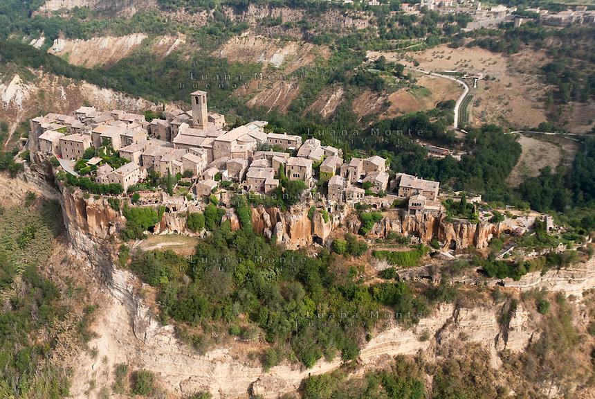 Civita di Bagnoregio. Il borgo, veduta aerea da sud.