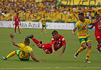 NEIVA, COLOMBIA, 09-04-2017: Eddie Segura (Izq) del Atlético Huila disputa el balón con Brayan Angulo (Der) del América de Cali durante partido por la fecha 12 de la Liga Águila I 2017 jugado en el estadio Guillermo Plazas Alcid de la ciudad de Neiva. / Eddie Segura (L) player of Atletico Huila fights for the ball with Brayan Angulo (R) player of America de Cali during match for the date 12 of the Aguila League I 2017 played at Guillermo Plazas Alcid in Neiva city. VizzorImage / Sergio Reyes / Cont