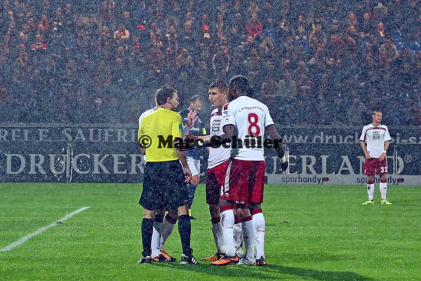 Schiedsrichter Guido Winkmann muss die Elfmeterentscheidung gegen den FCK verteidigen - FSV Frankfurt vs. 1. FC Kaiserslautern, Frankfurter Volksbank Stadion