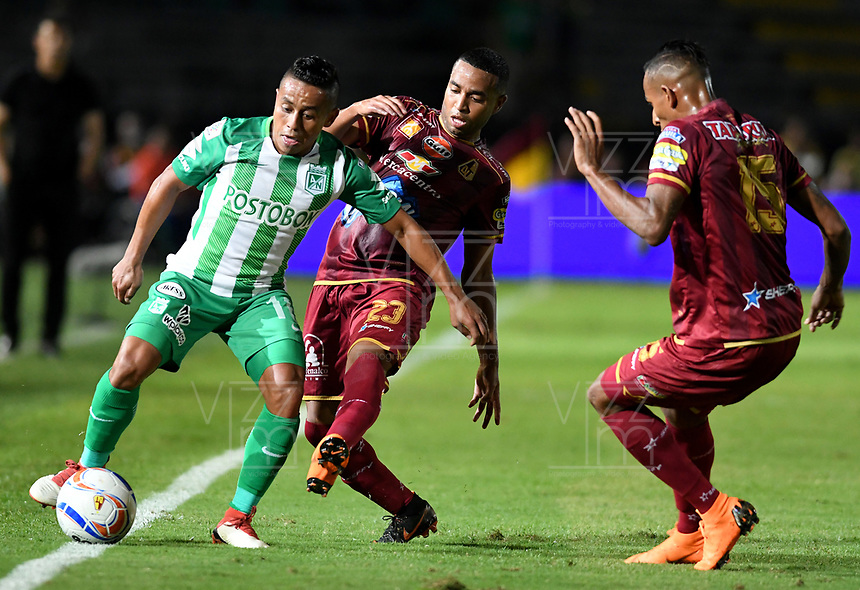 IBAGUE - COLOMBIA, 06-06-2018: Yohandry Orozco (Der) jugador de Deportes Tolima disputa el balón con Vladimir Hernandez (Izq) jugador del Atletico Nacional durante partido de ida por la final de la Liga Águila I 2018 jugado en el estadio Manuel Murillo Toro de la ciudad de Ibagué. / Yohandry Orozco (R) player of Deportes Tolima vies for the ball with Vladimir Hernandez (L) player of Atletico Nacional during first leg match for the final of the Aguila League I 2018 played at Manuel Murillo Toro stadium in Ibague city. Photo: VizzorImage / Cristian Alvarez / Cont