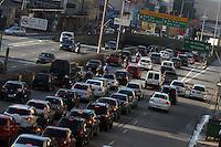 SAO PAULO, SP, 20/01/2014, TRANSITO. Muito transito na Av Tiradentes no bairro da Luz, na volta do Rodizio municipal nessa segunda-feira (20). Luiz Guarnieri/ Brazil Photo Press