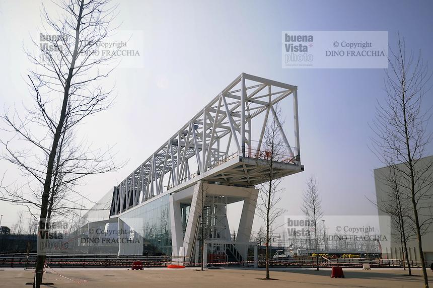 - Milano, cantiere per  l'Esposizione Mondiale Expo 2015; passerella pedonale di collegamento con Cascina Merlata<br /> <br /> - Milan,  construction site for the World Exhibition Expo 2015; pedestrian walkway connecting with Cascina Merlata