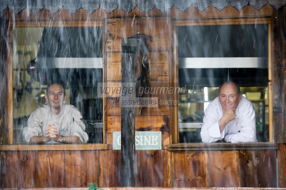 """Europe/France/Rhone-Alpes/73/Savoie/St-Marcel: Hotel-restaurant """"La Bouitte"""" René Meilleur et son fils Maxime à la fenètre de leur cuisine -Tombe la neige"""