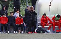 Trainer Driton Kameraj (r., Büttelborn) an der Bank mit Patrick Schröder (l.)- Büttelborn 15.05.2019: SKV Büttelborn vs. Kickers Offenbach, A-Junioren, Hessenpokal Halbfinale