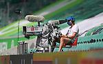 27.06.2020, Fussball: nph00001 1. Bundesliga 2019/2020, 34. Spieltag, VfL Wolfsburg - FC Bayern Muenchen, in der Volkswagen-Arena Wolfsburg. Kameramann mit Mundschutzmaske<br /><br />Foto: Bernd Feil/M.i.S./ /Pool/nordphoto<br /><br />Nur fŸr journalistische Zwecke! Only for editorial use! <br /><br />GemŠ§ den Vorgaben der DFL Deutsche Fussball: nph00001 Liga ist es untersagt, in dem Stadion und/oder vom Spiel angefertigte Fotoaufnahmen in Form von Sequenzbildern und/oder videoŠhnlichen Fotostrecken zu verwerten bzw. verwerten zu lassen. DFL regulations prohibit any use of photographs as image sequences and/or quasi-video.    <br /><br />National and international NewsAgencies OUT.