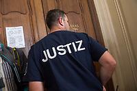 Prozess vor dem Amtsgericht Berlin gegen einen 19jaehrigen aus Syrien stammenden Palaestinenser, der am 17. April 2018 in Berlin zwei einen Israeli und einen Deutsch-Marokkaner antisemitisch beschimpft und mit seinem Guertel geschlagen haben soll. Der Deutsch-Marokkaner und sein israelischer Freund hatten im Stadtteil Prenzlauer Berg eine Kippa gerragen, als sie von dem 19jaehrigen Angeklagten zuerst beschimpft und dann geschlagen wurden.<br /> Im Bild: Ein Justizangestellter vor dem Verhandlungssaal.<br /> 19.6.2018, Berlin<br /> Copyright: Christian-Ditsch.de<br /> [Inhaltsveraendernde Manipulation des Fotos nur nach ausdruecklicher Genehmigung des Fotografen. Vereinbarungen ueber Abtretung von Persoenlichkeitsrechten/Model Release der abgebildeten Person/Personen liegen nicht vor. NO MODEL RELEASE! Nur fuer Redaktionelle Zwecke. Don't publish without copyright Christian-Ditsch.de, Veroeffentlichung nur mit Fotografennennung, sowie gegen Honorar, MwSt. und Beleg. Konto: I N G - D i B a, IBAN DE58500105175400192269, BIC INGDDEFFXXX, Kontakt: post@christian-ditsch.de<br /> Bei der Bearbeitung der Dateiinformationen darf die Urheberkennzeichnung in den EXIF- und  IPTC-Daten nicht entfernt werden, diese sind in digitalen Medien nach §95c UrhG rechtlich geschuetzt. Der Urhebervermerk wird gemaess §13 UrhG verlangt.]