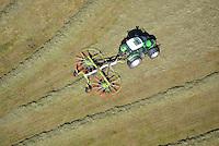 Landwirtschaftliche Arbeit mit dem Heuwender: EUROPA, DEUTSCHLAND, SCHLESWIG- HOLSTEIN,  (GERMANY), 28.08.2014: Landwirtschaftliche Arbeit mit dem Heuwender