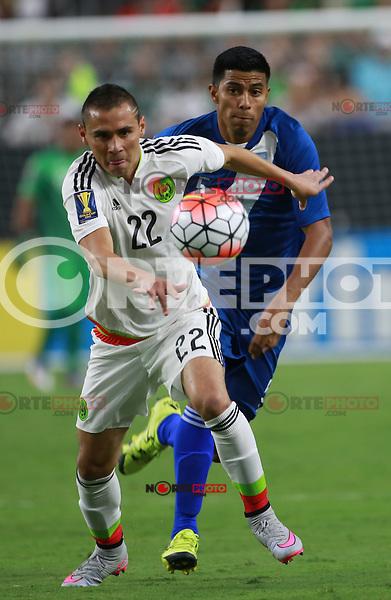 Paul Aguilar de Mexico y Moises Hernadez de Guatemala  ,durante partido entre las selecciones de Mexico y Guatemala  de la Copa Oro CONCACAF 2015. Estadio de la Universidad de Arizona.<br /> Phoenix Arizona a 12 de Julio 2015.