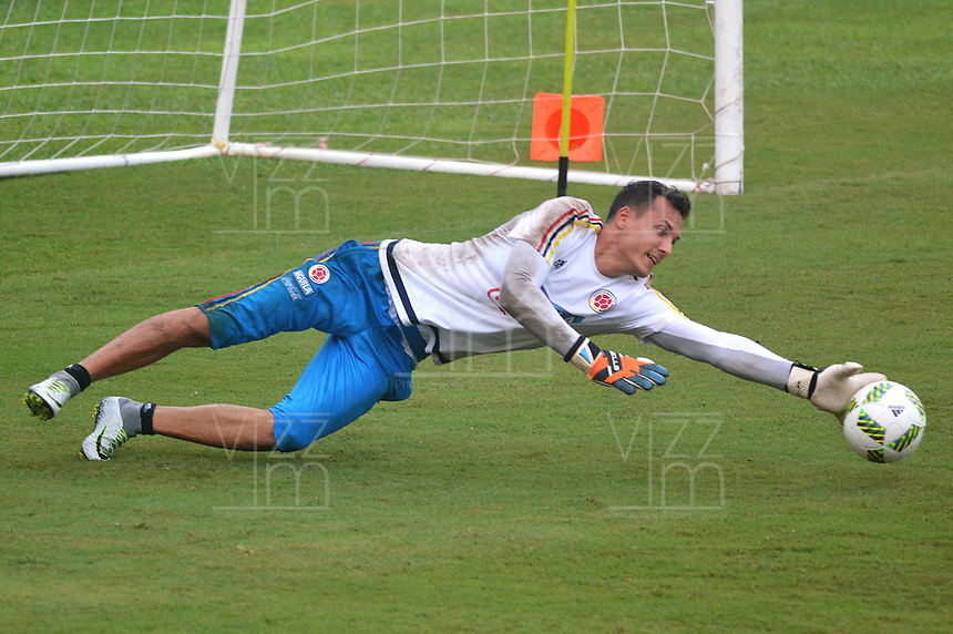 BARRANQUILLA - COLOMBIA -08-10-2015: David Gonzalez arquero de la Selección Colombia durante entrenamiento en la cancha de la Universidad Autónoma de Barranquilla. Colombia se prepara para el próximo partido contra Uruguay por la clasificación a la Copa Mundo FIFA 2018 Rusia. / David Gonzalez goalkeeper of Colombian team during training session at Universidad Autonoma field in Barranquilla city. Colombian team prepares the next match against Uruguay for the qualifier of the  2018 FIFA World Cup Russia. Photo: VizzorImage / Alfonso Cervantes / Cont