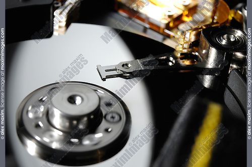 Hard disk drive with rotating pindel and heads in reading position