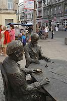 Europe/Pologne/Lodz: la rue Piotrkowska plus longue rue pietonne de Pologne - sculpture des Trois Fabricants en mémoire aux grands industriels de la ville