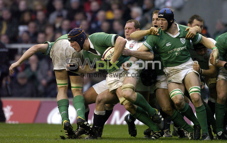 Pix: Ben Duffy/SWpix.com....International Rugby Union six nations Championship - England v Ireland....06/03/2004..Enlgand's Richard hill struggles to stop Ireland's Paul O'Connell..?COPYRIGHT PICTURE>>SIMON WILKINSON>>08700920092>>.