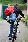 Nederland, Utrecht, 25-08-2006, Brugklasser, Brugpieper , met loodzware Eastpak rugzak , vol met zware boeken, op weg naar school.<br /> &copy; foto Michael Kooren<br /> model release managed