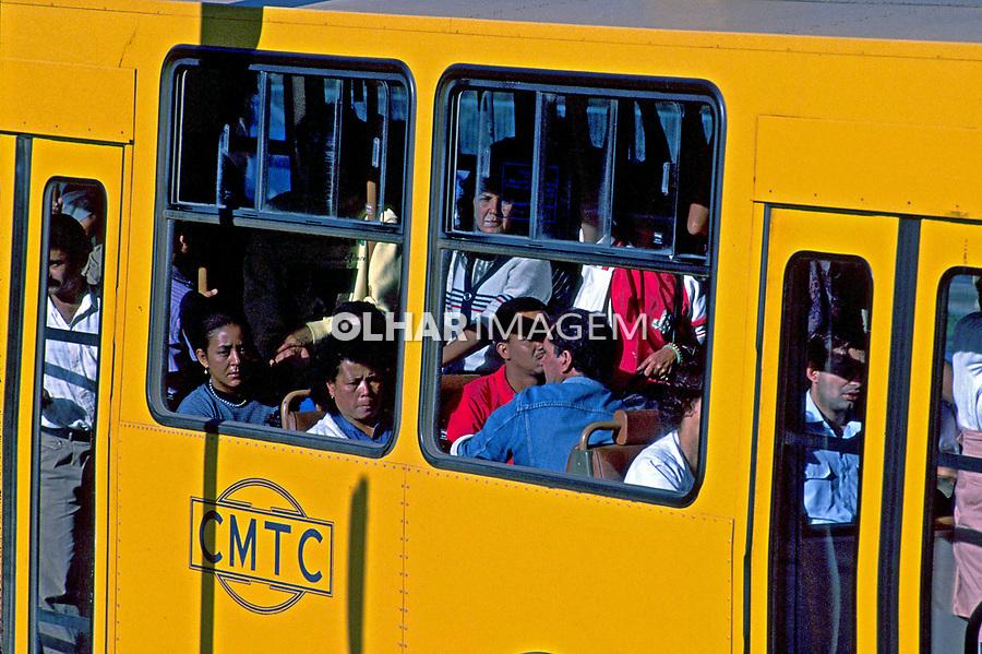 Transporte coletivo lotado em São Paulo. 1989. Foto de Juca Martins.
