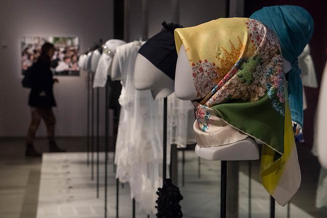 Juedisches Museum zeigt Schau zu Peruecke, Burka und Ordenstracht.<br /> Das Juedische Museum Berlin widmet sich vom 31. Maerz 2017 an in einer Ausstellung der Verhuellung der Frau. Unter dem Titel &bdquo;Cherchez la femme. Peruecke, Burka, Ordenstracht&ldquo; gehe die Schau der Frage auf den Grund, wie viel sichtbare Religiositaet saekulare Gesellschaften heute vertragen, kuendigte das Museum am Dienstag an.<br /> Auffallende religioese Kleidung von Frauen gelte oft als Provokation und sei verbalen Attacken ausgesetzt. Die Ausstellung werfe einen Blick auf die Urspruenge weiblicher Verschleierung und ihre religioesen Bedeutung fuer Judentum, Christentum und Islam.<br /> Auf 400 Quadratmetern werden bis zum 2. Juli die unterschiedlichen Einstellungen zum Umgang mit der weiblichen Verhuellung von Kopf und Koerper seit der Antike gezeigt. Dabei wird die Stellung der Frau zwischen Religion und Selbstbestimmung thematisiert - von der Tradition bis zum religioesen Feminismus. Kuenstlerische Arbeiten reflektieren den Angaben zufolge die Relevanz traditioneller Braeuche fuer die Gegenwart. In Video-Installationen kommen zudem juedische und muslimische Frauen aller Richtungen zu Wort.<br /> Im Bild: EIn Nikab im tuerkischen Stil.<br /> 30.3.2017, Berlin<br /> Copyright: Christian-Ditsch.de<br /> [Inhaltsveraendernde Manipulation des Fotos nur nach ausdruecklicher Genehmigung des Fotografen. Vereinbarungen ueber Abtretung von Persoenlichkeitsrechten/Model Release der abgebildeten Person/Personen liegen nicht vor. NO MODEL RELEASE! Nur fuer Redaktionelle Zwecke. Don't publish without copyright Christian-Ditsch.de, Veroeffentlichung nur mit Fotografennennung, sowie gegen Honorar, MwSt. und Beleg. Konto: I N G - D i B a, IBAN DE58500105175400192269, BIC INGDDEFFXXX, Kontakt: post@christian-ditsch.de<br /> Bei der Bearbeitung der Dateiinformationen darf die Urheberkennzeichnung in den EXIF- und  IPTC-Daten nicht entfernt werden, diese sind in digitalen Medien nach &sect;95c UrhG