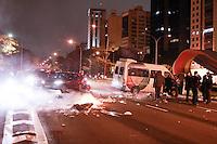 SÃO PAULO, SP - 26.07.2013: MANIFESTAÇÃO APOIO AO RIO - Carro da Record é destruido na Av 23 de Maio por membros integrantes de um grupo deniminado Black Block deixam um rastro de destruição na noite dessa sexta-feira em São Paulo, a manifestação em apoio ao Rio de Janeiro que começou pacifica na Av Paulista em poucos minutos ficou sem o controle de seus lideres. (Foto: Marcelo Brammer/Brazil Photo Press)