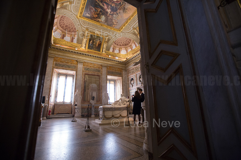 Rome, 03/03/2019. Vising and documenting the Galleria Borghese (Borghese Gallery, 1.) located in Rome's Villa Borghese. «The Galleria Borghese Museum houses and displays a collection of ancient sculptures, bas-reliefs, and mosaics, as well as paintings and sculptures dating from the 15th through the 19th centuries. Among the masterpieces of the collection – the first and most important part of which goes back to the collecting of Cardinal Scipione Borghese (1579-1633), nephew of Pope Paul V [the Pope responsible for renewing the facade of Saint Peter's Basilica, 2. ndr] – are paintings by Caravaggio, Raphael, Titian, Correggio, Antonello da Messina, and Giovanni Bellini and sculptures by Gian Lorenzo Bernini and Canova. The works are displayed in the 20 frescoed rooms that, together with the portico and the entrance hall, constitute the spaces of the Museum open to the public. More than 260 paintings are housed in the storerooms of the Galleria Borghese, which are located above the floor of the Pinacoteca and set up like a picture gallery […]» (3.). The Galleria Borghese's collection includes artworks by: Gian Lorenzo Bernini, Agnolo Bronzino, Antonio Canova, Caravaggio, Raffaello (Raphael), Perugino, Lorenzo Lotto, Antonello da Messina, Cranach, Annibale Carracci, Pieter Paul Rubens, Bellini, Tiziano (Titian).<br />