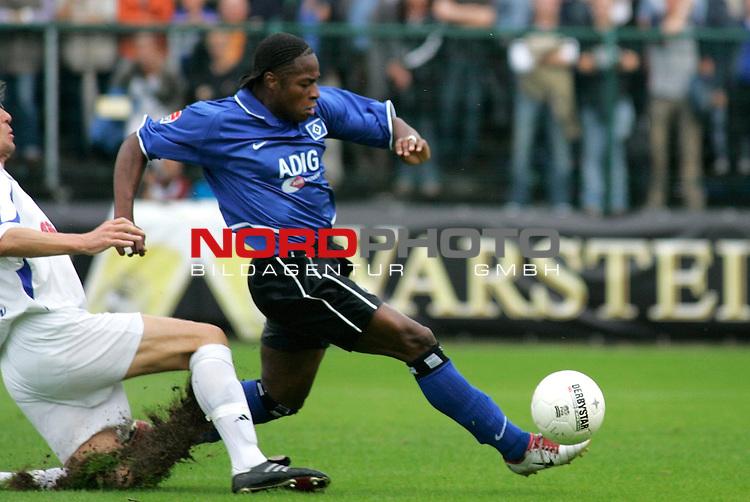 DFB-Pokal 1. Hauptrunde 2004/05<br /> <br /> <br /> <br /> SC Paderborn 07 vs Hamburger SV 4:2<br /> <br /> Emile Mpenza, der die rote Karte bekam, entwischt einem Paderborner Gegenspieler<br /> <br /> <br /> <br /> Foto &copy; nordphoto / GŁnter SchrŲder<br /> <br /> <br /> <br /> <br /> <br />  *** Local Caption *** Foto ist honorarpflichtig! zzgl. gesetzl. MwSt.<br /> <br />  Belegexemplar erforderlich<br /> <br /> Adresse: nordphoto<br /> <br /> Georg-Reinke-Strasse 1<br /> <br /> 49377 Vechta