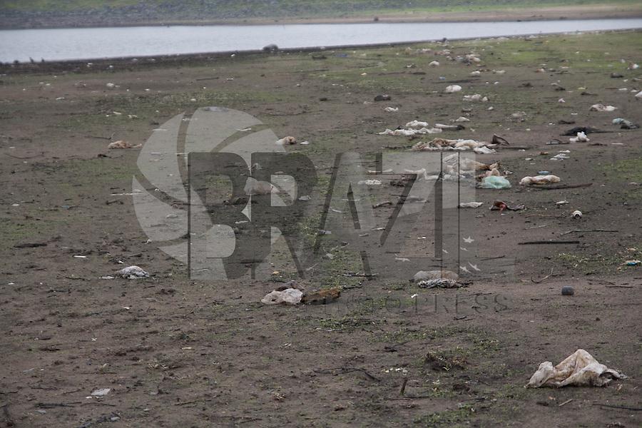 SAO PAULO, SP - 04.11.2014 - SECA   REPRESA GUARAPIRANGA - <br /> Regi&atilde;o da represa do Guarapiranga amanhece com leve chuva <br /> nesta ter&ccedil;a-feira (04), mas a represa ainda mant&eacute;m n&iacute;vel <br /> baixo e apresenta novos bancos de areia, ac&uacute;mulo de lixo e <br /> animais mortos. Segundo a &uacute;ltima medi&ccedil;&atilde;o da Sabesp, o <br /> sistema Guarapiranga est&aacute; com 38,4% e aumentou o desvio de <br /> &aacute;gua dele para atender a regi&atilde;o da cidade atendida pelo <br /> sistema cantareira.<br /> <br /> <br /> (Foto: Fabricio Bomjardim / Brazil Photo Press)