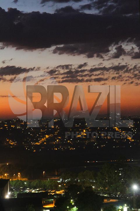 GUARULHOS,SP - 02.02.14 - CLIMA TEMPO - Amanhecer do dia na cidade de Guarulho/SP, grande São Paulo, na manhã deste domingo, 02.  (Foto: Geovani Velasquez / Brazil Photo Press)