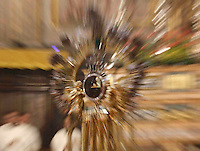 NAPOLI IL MIRACOLO DI SAN GENNARO NEL DUOMO.NELLA FOTO  L'AMPOLLA CONTENENTE IL SANGUE LIQUEFATTO DEL SANTO PATRONO .FOTO CIRO DE LUCA