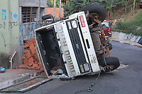 SÃO PAULO,SP, 17.11.2015 - ACIDENTE-SP - Um caminhão carregado de tijolos tombou na rua Feliciano Malabia no bairro Jardim Damasceno região norte da cidade na manhã desta terça-feira (17). O motorista teve apenas ferimentos leves. (Foto : Marcio Ribeiro / Brazil Photo Press)