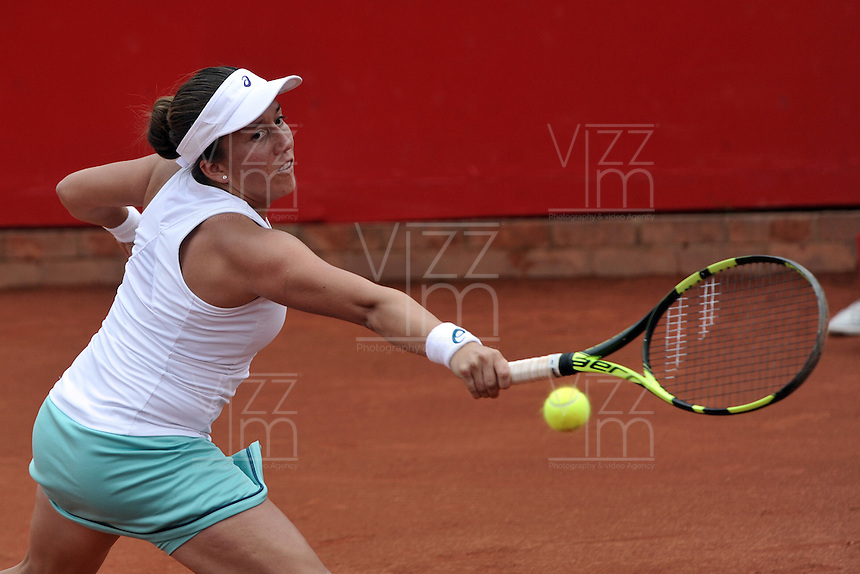 BOGOTA - COLOMBIA - 16-04-2016: Irina Falconi de Estados Unidos, devuelve la bola a Lara Arruabarrena de España, durante partido por el Claro Colsanitas WTA, que se realiza en el Club El Rancho de Bogota. / Irina Falconi of United States, returns the ball to Lara Arruabarrena of Spain, during a match for the WTA Claro Colsanitas, which takes place at Club El Rancho de Bogota. Photo: VizzorImage / Luis Ramirez / Staff.