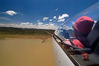 Flugzeugschlepp: AFRIKA, SUEDAFRIKA, 15.12.2007: Suedafrika,  Gariep, Gariepdam, Stausee, See, Wasser. Flugzeugschlepp, Seil, ziehen, Schleppen, Gariepdam, Flugzeug, Segelflugzeug, fliegen, Karoo, Wueste, Cockpit, Mann, Aussenansicht, Haube, Duo Diskus, Doppelsitzer,  Instrumente, Luftbild, Luftansicht, Aufwind-Luftbilder