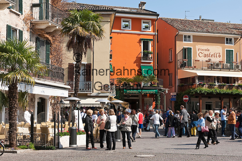 Italy, Lombardia, Sirmione, located on a small peninsula on the South Banks of Lake Garda: pavement cafes, restaurants, shopping at Old Town | Italien, Lombardei, Gardasee, Sirmione, auf einer Halbinsel am Suedufer des Gardasees gelegen: Cafes und Restaurants, Shopping in der Altstadt