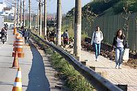 SAO PAULO, SP, 19 JULHO 2012 - REFORMA CALCADA - Reforma no calçamento no entrono do Pq Vila Lobos está causando problemas ao pedestres, pois não havendo outra alternativa são obrigados andar pela pista de rolamento da Marg. Pinheiros. (FOTO: LUIZ GUARNIERI / BRAZIL PHOTO PRESS)