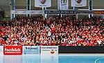 Eskilstuna 2014-05-15 Handboll SM-semifinal Eskilstuna Guif - Alings&aring;s HK :  <br /> Eskilstuna Guif publik g&ouml;r v&aring;gen p&aring; l&auml;ktaren i Sporthallen innan matchen<br /> (Foto: Kenta J&ouml;nsson) Nyckelord:  Eskilstuna Guif Sporthallen Alings&aring;s AHK SM Semifinal Semi supporter fans publik supporters