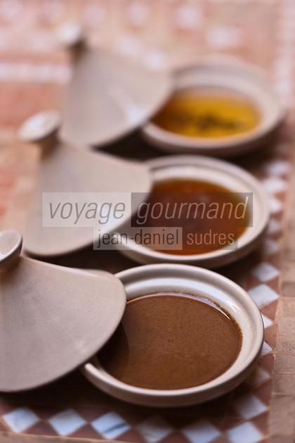 Afrique/Afrique du Nord/Maroc/Province d'Agadir/Tighanimine Elbaz: <br /> l'amlou  en premier plan, pâte à tartiner à base d'huile d'argan et de miel c'est le Nutella marocain à la Coopérative féminine de Tighanimine Elbaz