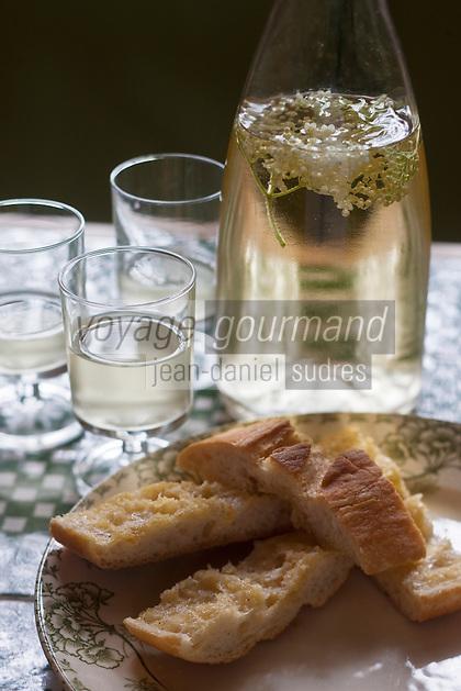 Europe/France/Pays de la Loire/85/Vendée/Marais Poitevin/Vix: Préfou et vin de fleur d'acacia  recette d'Isabelle Besnard de la Ferme-auberge Du Montnomme<br /> Le préfou est une spécialité vendéenne, il s'agit d'un pain peu levé garni d'un hachis d'ail frais et de beurre. Il se mange en apéritif réchauffé au four quelques minutes.<br /> Les boulangers, afin de savoir si leur four était à la bonne température pour la cuisson du pain (pas de thermomètre à l'époque), utilisaient un bout de pâte allégée en levure. Afin de ne pas perdre le produit, celui-ci était tartiné de beurre et d'ail.