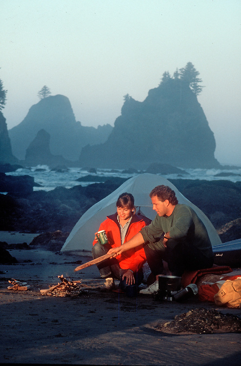 Kayakers beach camping, Olympic National Park, Point of Arches, Shi Shi beach, Olympic Peninsula, Washington State, Pacific Northwest, USA, .