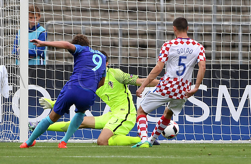 12.07.2016. Donaustadion, Ulm, Germany.  The Netherlands' Sam Lammers (l-r) scores the goal to make it 0:2, next to Croatia's goalkeeper Karlo Letica and Vinko Soldo, during the UEFA Under-19 European Championship group B match between Croatia and The Netherlands, at the Donaustadion, in Ulm, Germany, 12 July 2016.