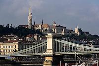 Bliick von Pest auf Buda mit Kettenbrücke. Matthiaskirche, Mátyàs templon und Fischerbastei, Halászbástya, Budapest, Ungarn, UNESCO-Weltkulturerbe